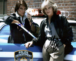 TYNE DALY & SHARON GLESS SIGNED 10X8 PHOTO.